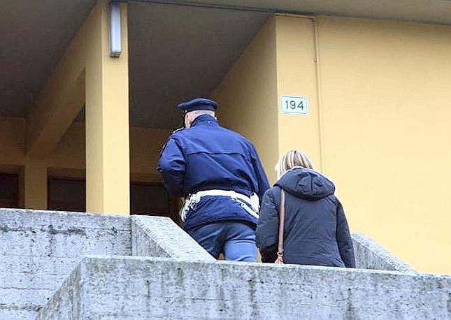 La polizia per i rilievi sul luogo dell'omicidio Arceri in via Raffaello a San Polo (Fotogramma Brescia)