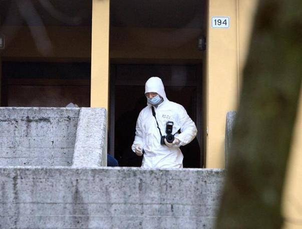 I rilievi sul luogo dell'omicidio Arceri in via Raffaello a San Polo (Fotogramma Brescia)