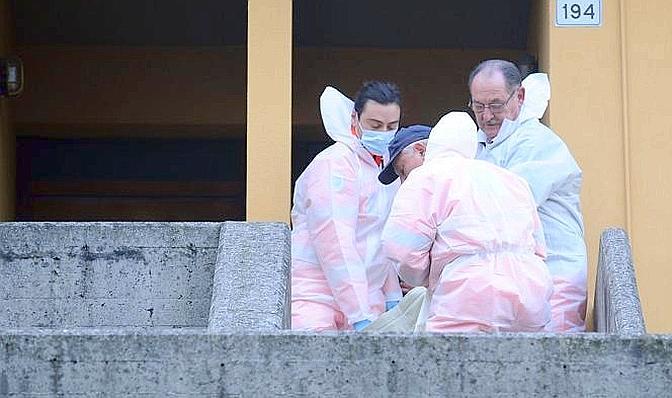 La salma viene rimossa dal luogo dell'omicidio (Fotogramma Brescia)
