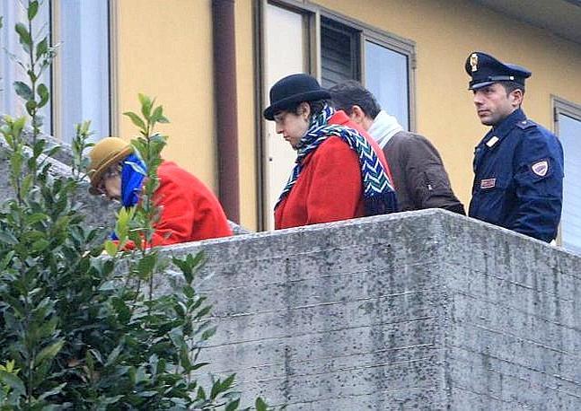 L'omicida Concetta Cottone viene condotta in carcere con la figlia (Fotogramma Brescia)