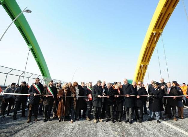Inaugurazione raccordo autostradale Ospitaletto Montichiari corda molle (Fotogramma)