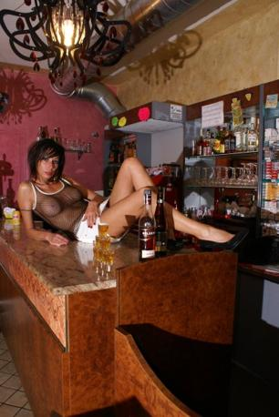 Laura Maggi nel suo bar Le Cafè di Bagnolo Mella (foto tratte da Facebook)