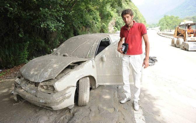 Il ragazzo che è riuscito a salvarsi dal fiume di fango, uscendo dall'abitacolo della sua macchina (Foto Cavicchi)