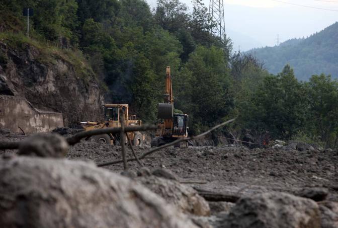 La statale 42 invasa dai detriti portati dal torrente Rabbia (Fotogramma/Bs)