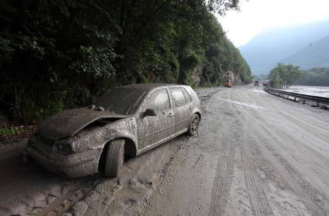 La Golf invasa venerdì sera dall'acqua e dal fango: il conducente è sceso in tempo dal veicolo, salvandosi (Fotogramma/Bs)