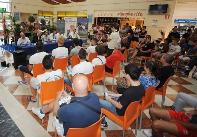 Centro commerciale le Rondinelle, presentazione delle nuove maglie del Brescia Calcio (Fotogramma Brescia)