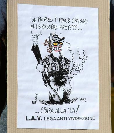 Lac, Lav, Wwf, Lipu hanno manifestato contro la caccia davanti all'assessorato di via Milano (Fotogramma/Bs)