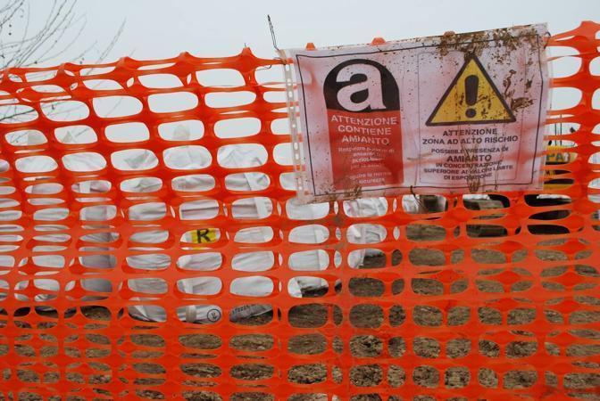 Il cantiere a Rovato con il deposito di cento sacchi d'amianto  (foto Gorlani)