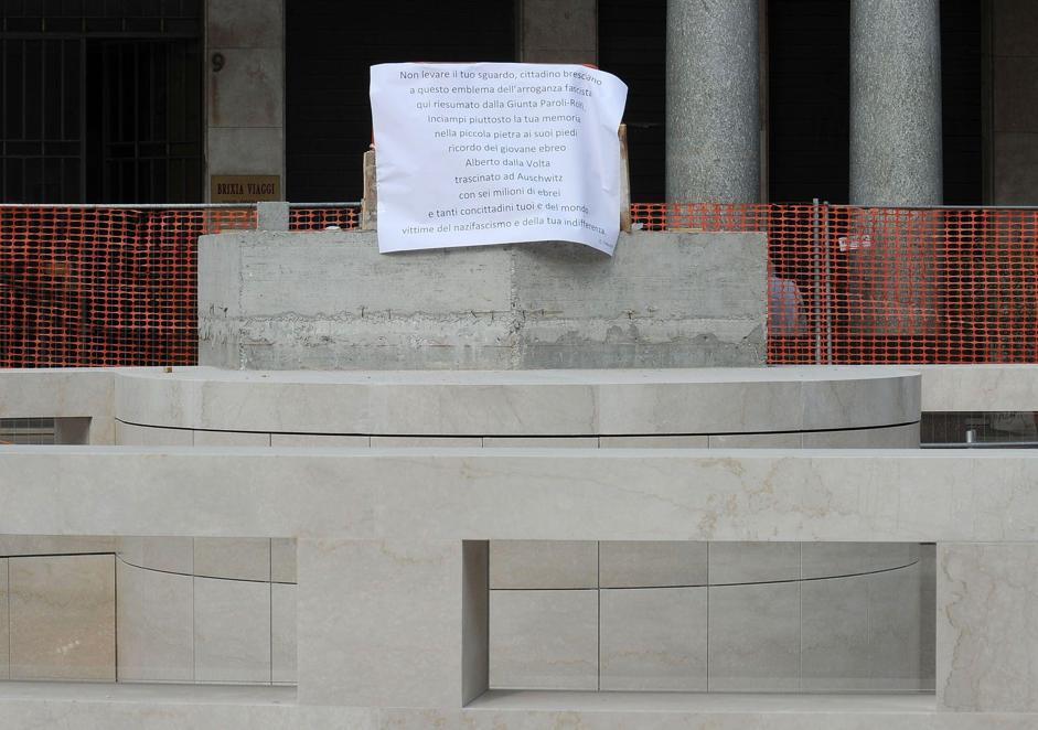 No al Bigio cartelli di protesta in piazza Vittoria