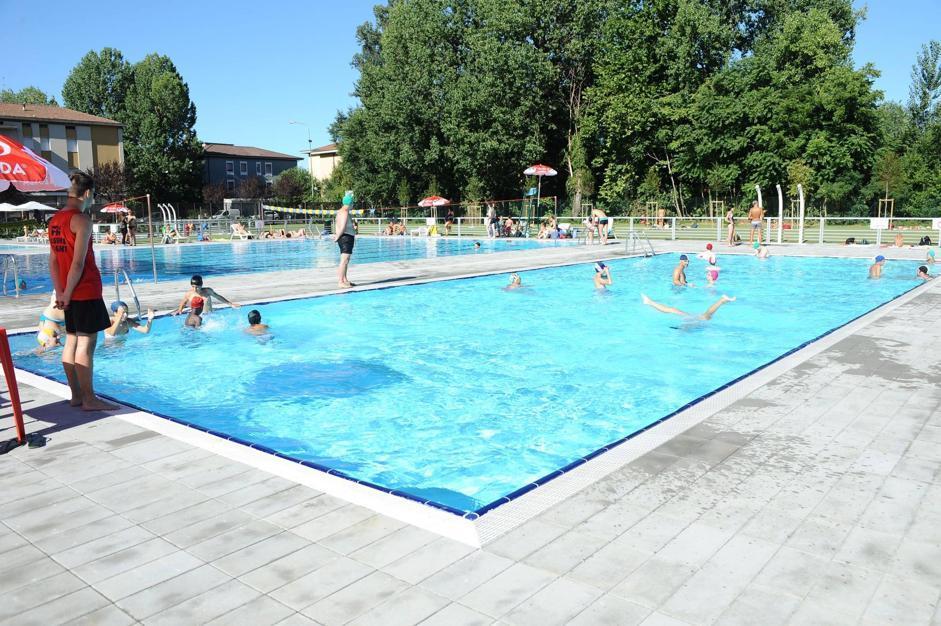 Mompiano apre la piscina bagno gratis per 2mila for Bagno della piscina