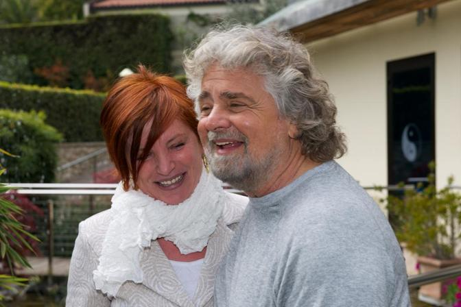 Beppe Grillo con Arianna Risatti, proprietaria dell'hotel Imperial di Limone sul Garda