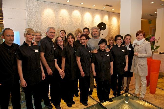 Grillo posa in una foto ricordo con il personale dell'hotel