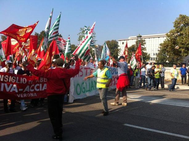 Operai Riva in corteo a Verona con i sindaci (foto Del Barba)