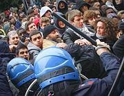 La carica della polizia (Foto Lapresse)