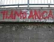La scritta d'amore davanti alla casa di Anca