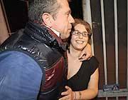 Debora Torti esce dal carcere  e abbraccia il padre (Fotogramma/Bs)