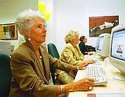 Anziani seguono corsi di internet (Fotogramma)