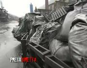 Un'immagine dei rifiuti  pericolosi abbandonati alla Selca, immortalati dalle telecamere di Presa Diretta
