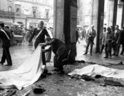 Le immagini della piazza dopo lo scoppio della bomba il 28 maggio 1974 (fotogramma)