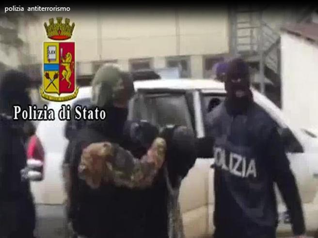 «Questo sarà l'ultimo Papa»Quattro kosovari arrestati,   minacce e proclami sui social