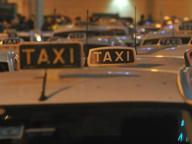 Trasporta turisti abusivamente, taxista denunciato dai colleghi