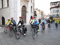 La partenza da piazza Loggia dei ciclisti per la pace: arriveranno a Assisi