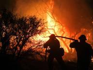 Incendio nel seminterrato: cinque persone bloccate sul terrazzo