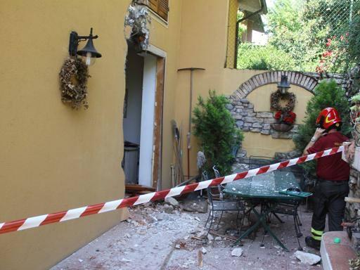 Dopo il temporale si stacca un masso e finisce in una casa for Corriere casa