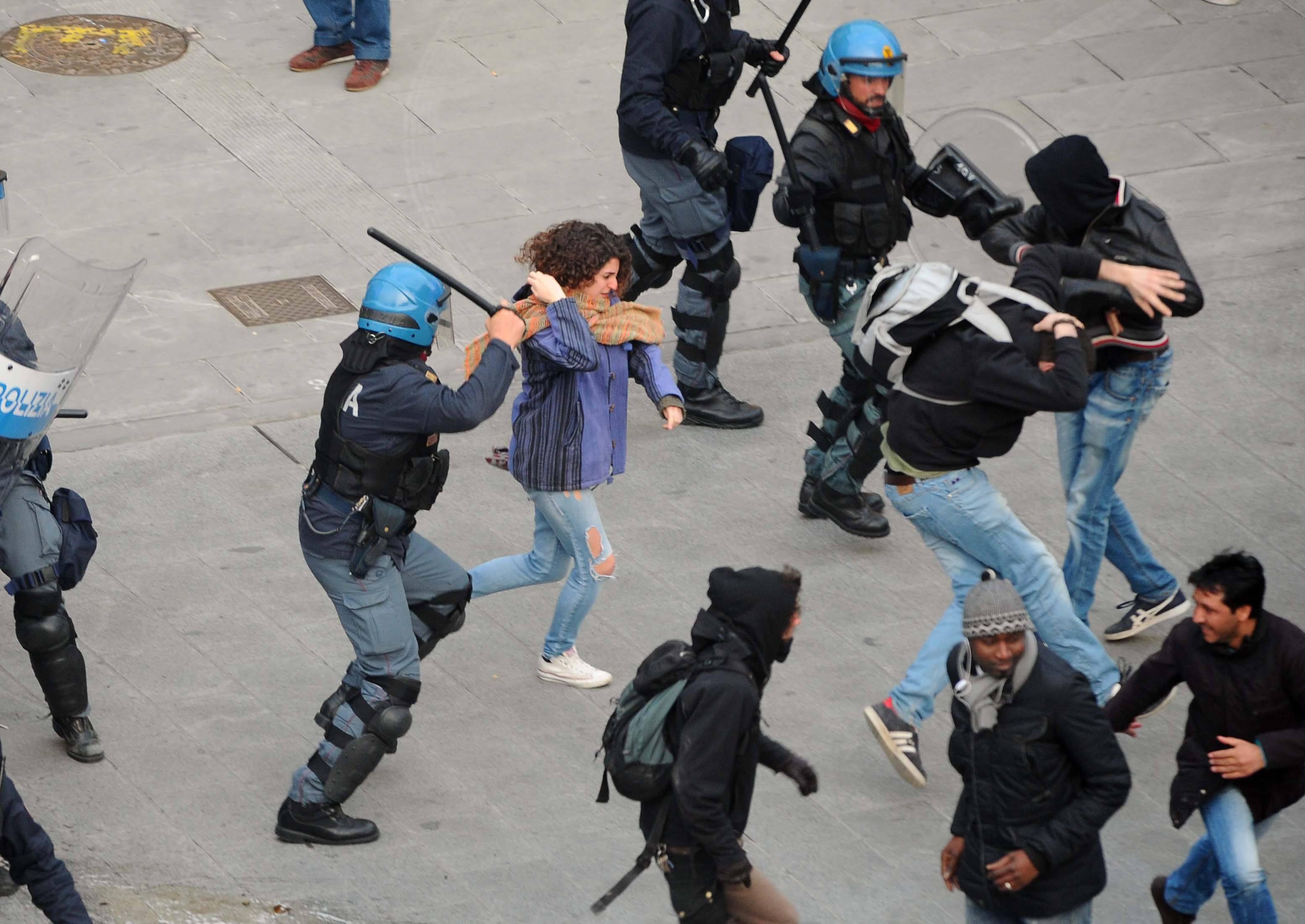 Protesta migranti e antagonisti scontri con la polizia - Corriere.it